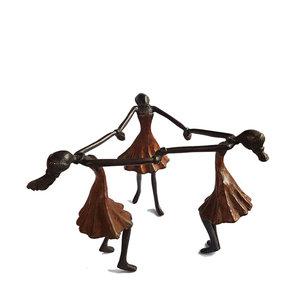 Beeld-brons-dansende-meisjes-in-bruine-jurk