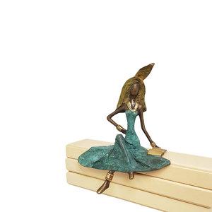 vrouw-in-groene-jurk-met-boek